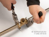 Обтягиваем гаечными ключами все соединения